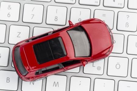 En liten bil på ett tangentbord