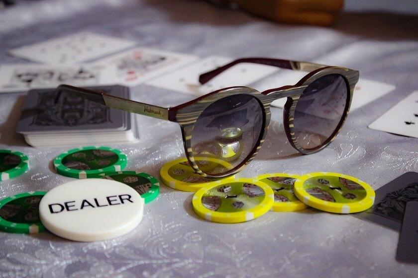 Pokerchips, spelkort och solglasögon