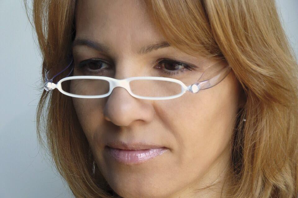 Läsglasögon med vita bågar